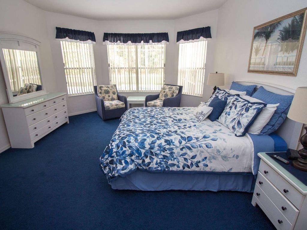 1st Floor Master Bedroom w/ En-suite and Walk- In Closet