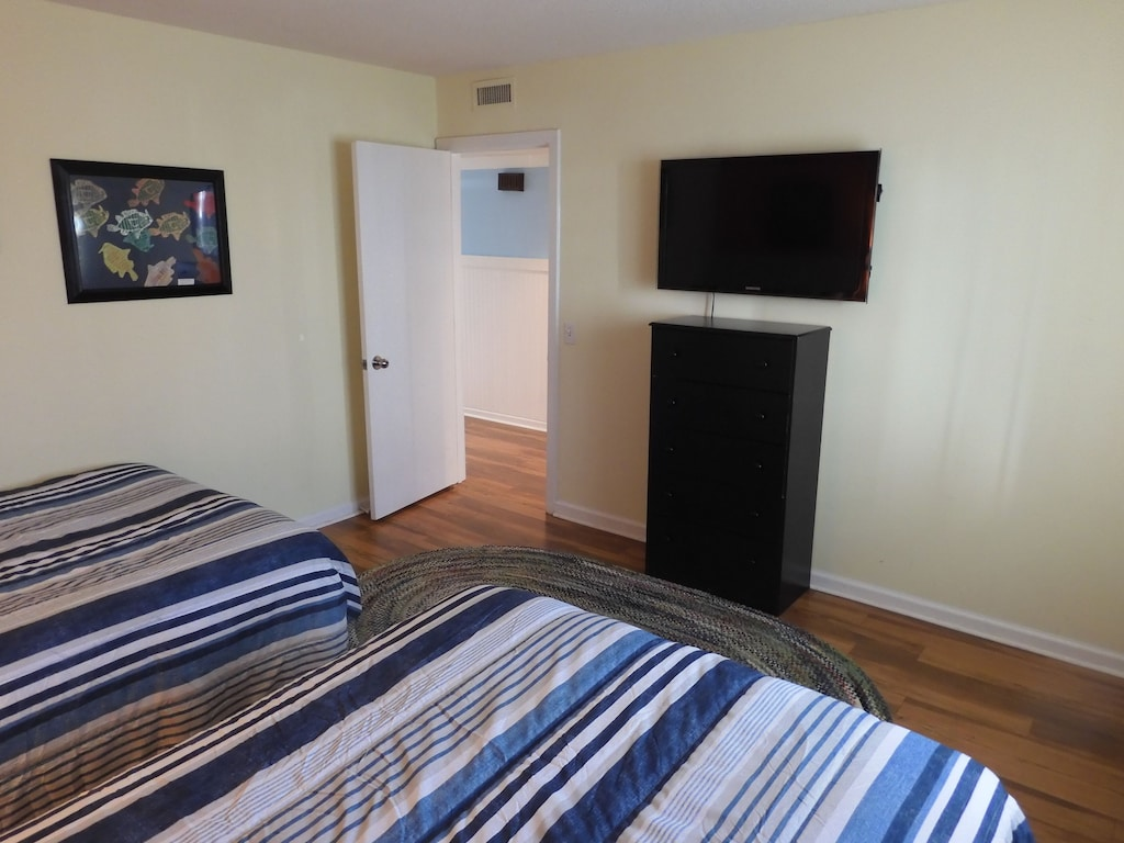 Guest Bedroom w/Two Full Beds & TV
