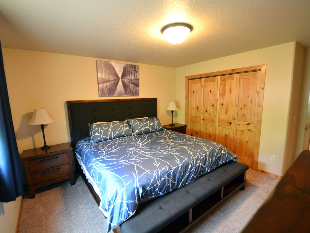 Upstairs bedroom. King size bed.