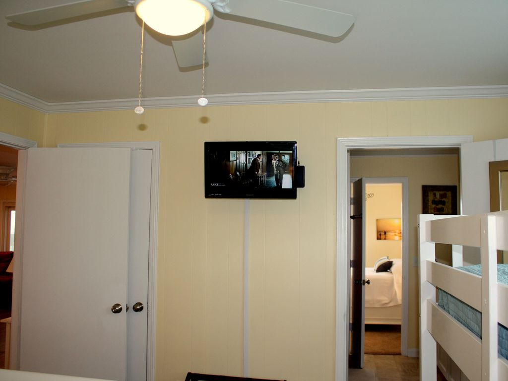 picture of tv in guest bedroom 3
