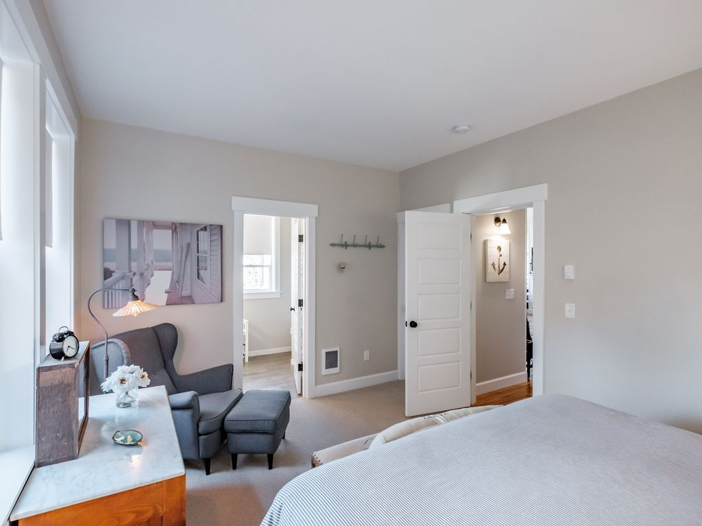 Serene master king suite is conveniently on the main level, early risers can enjoy the whole level to wake up the day.