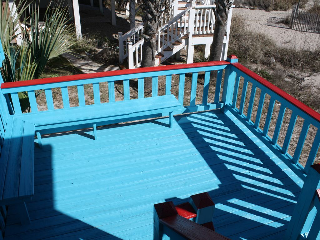 Lower Sundeck with benches and views!
