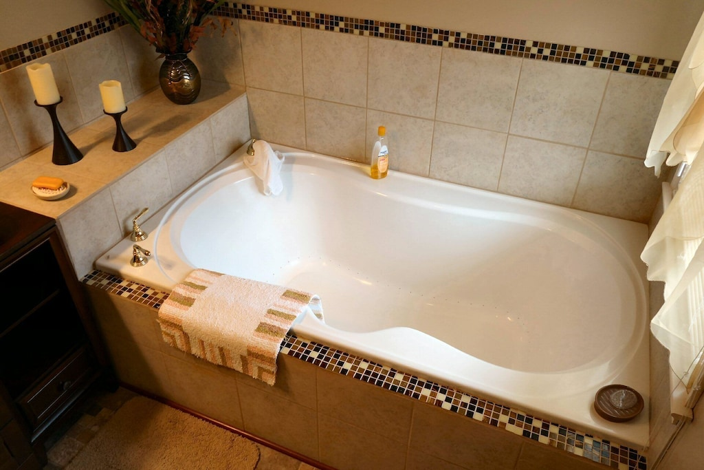 Large air-jetted soaking tub (for two ;-)
