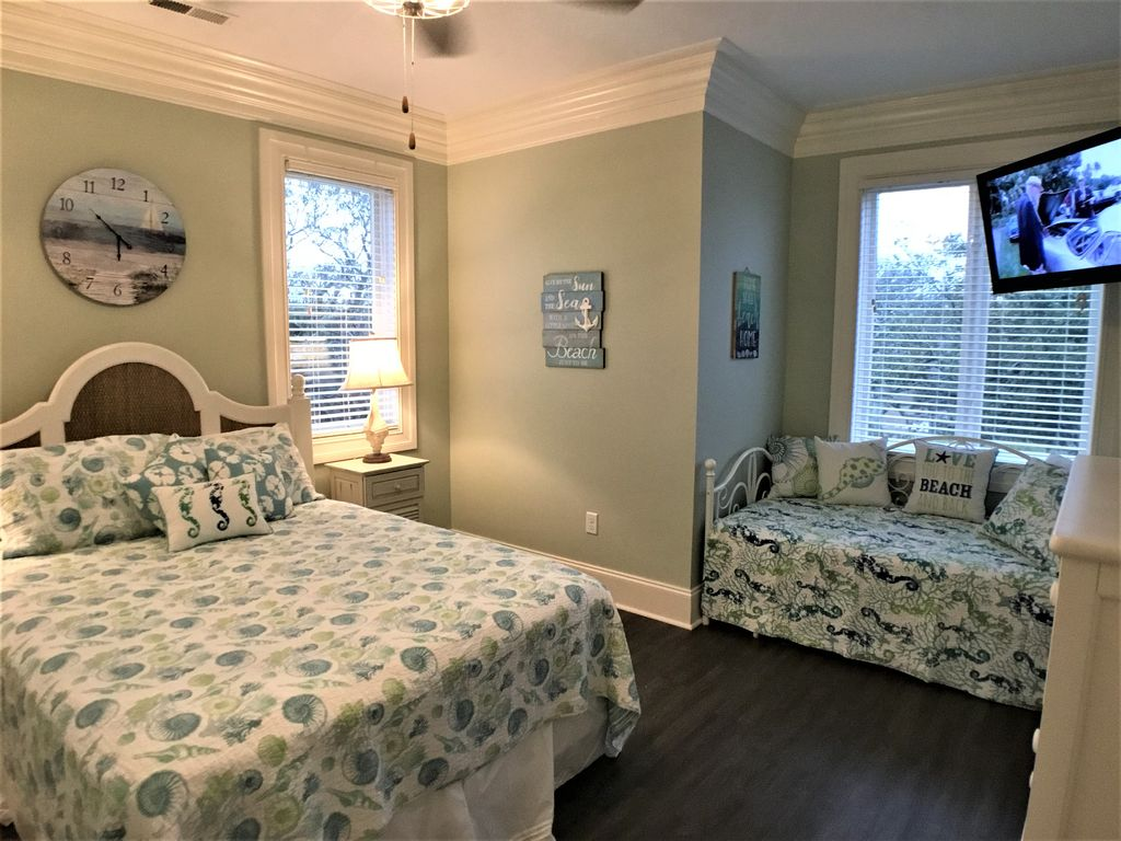 2nd Level Guest Bedroom 4, Queen, Day Bed and Tv
