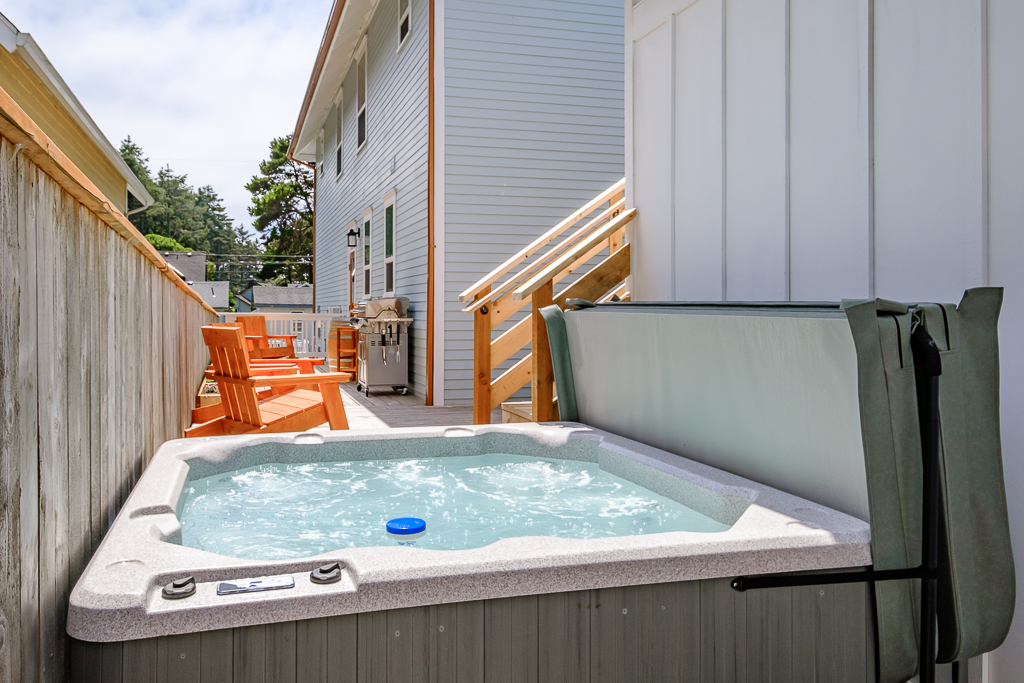 Private hot tub: chemically treated between each guest, around the corner from sauna.
