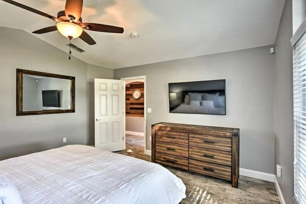 Large Luxury Master Suite with Queen Bed and Quality Hotel Linen