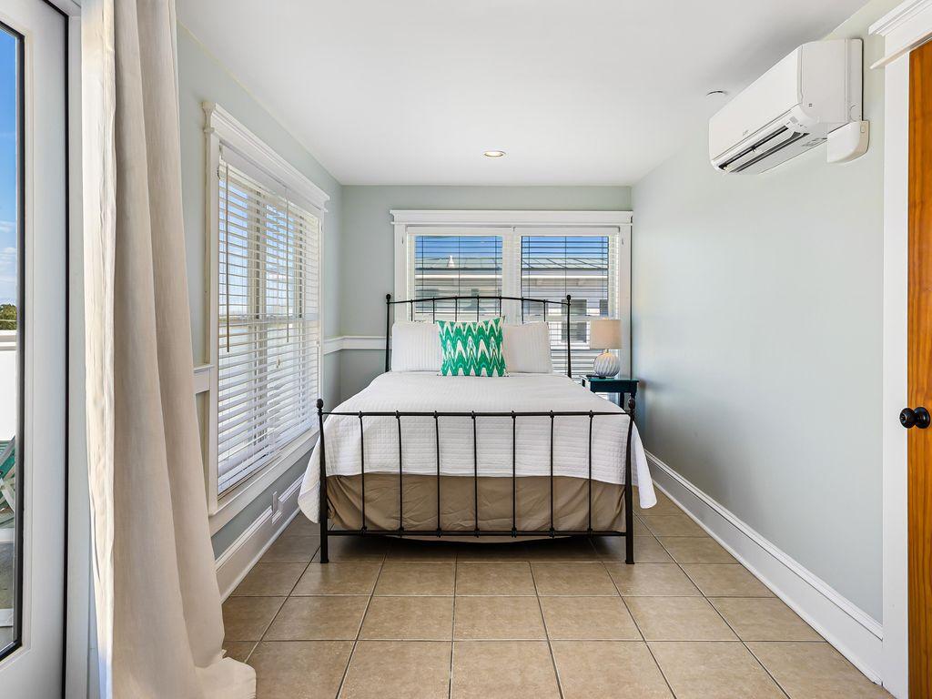 4th Floor, 1 Queen Room (Shares full bath)
