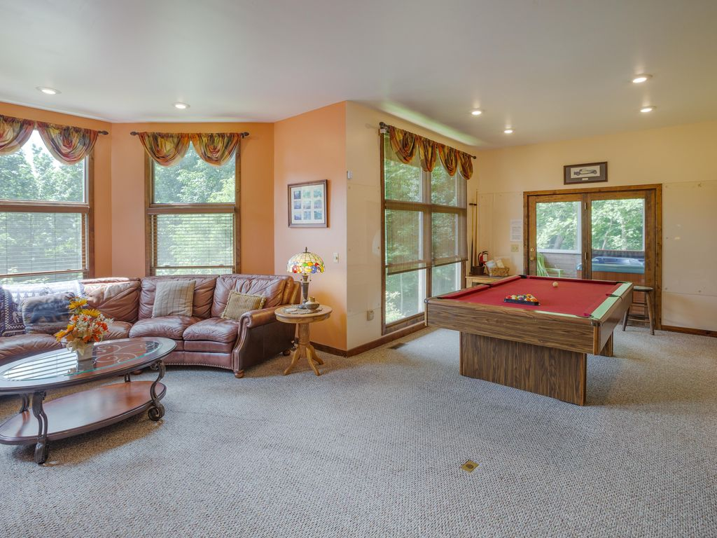 Family room, pool table, access to large outdoor hot tub.