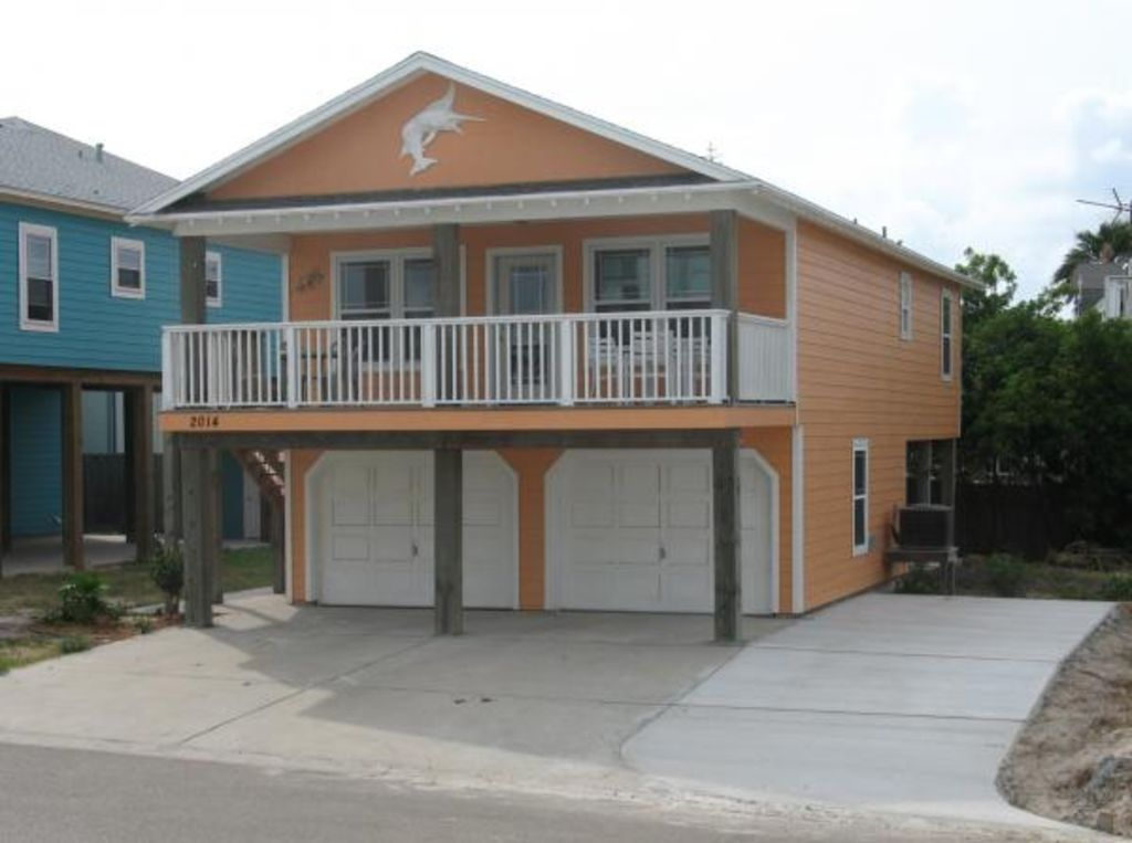 Neighborhood has restaurant, pool, hot tub, beach boardwalk & golf cart access.