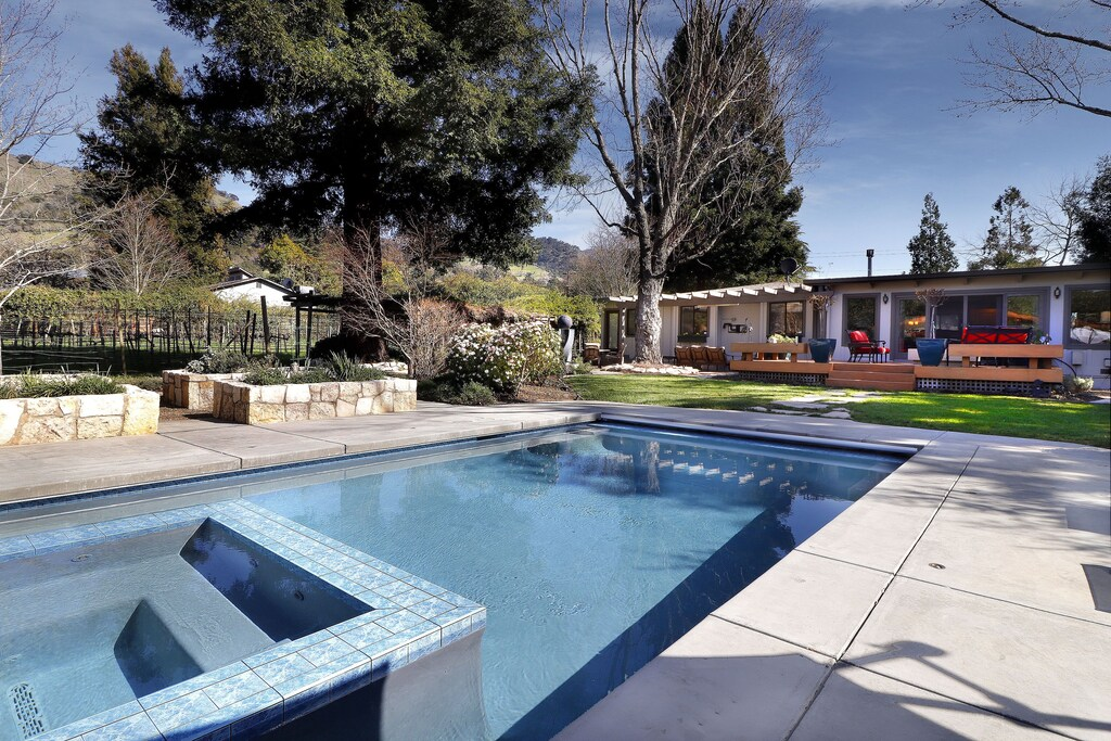 Pool and jacuzzi.