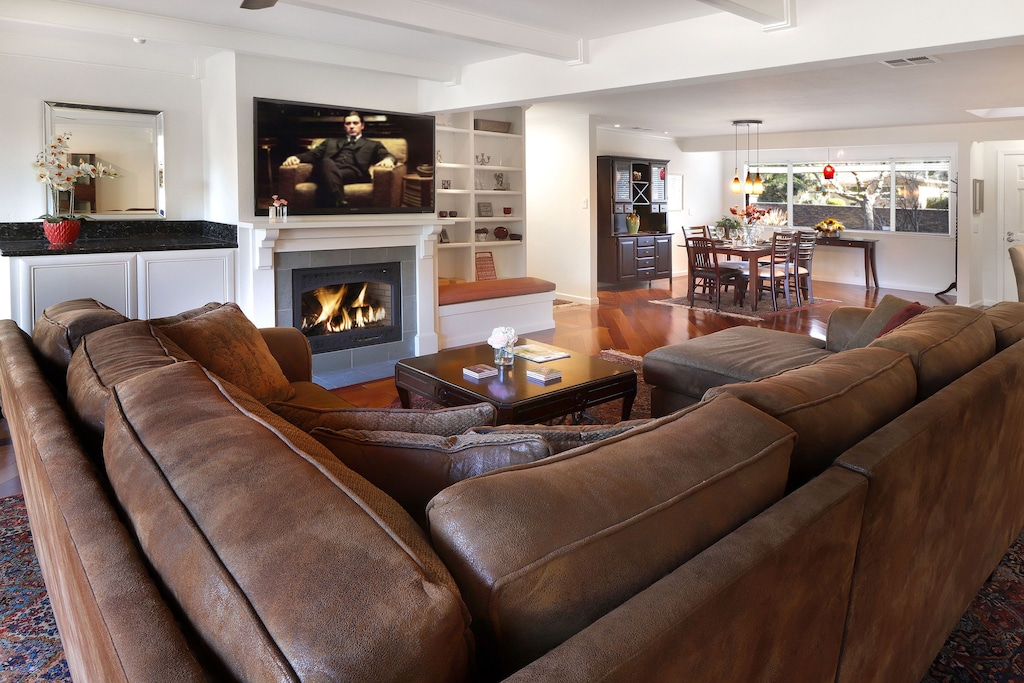 Living room, DVDs, gas fireplace.