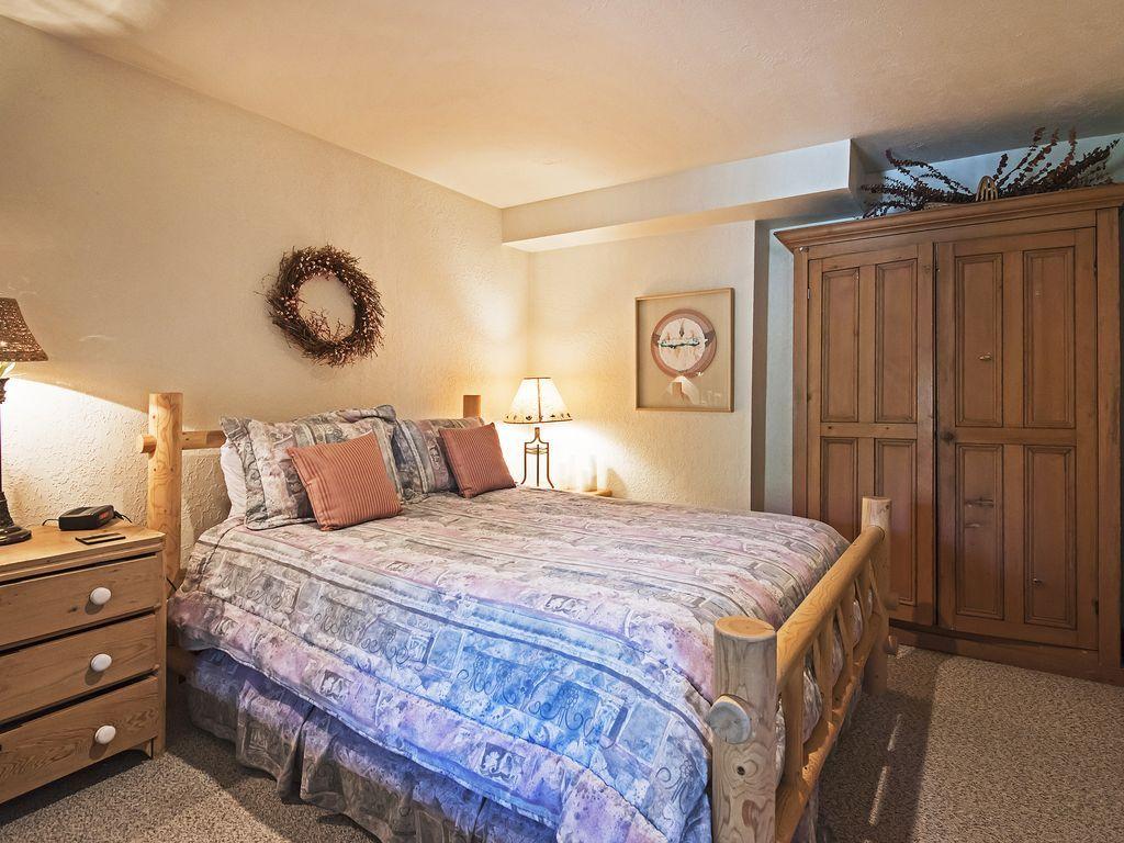 4th bedroom, queen bed
