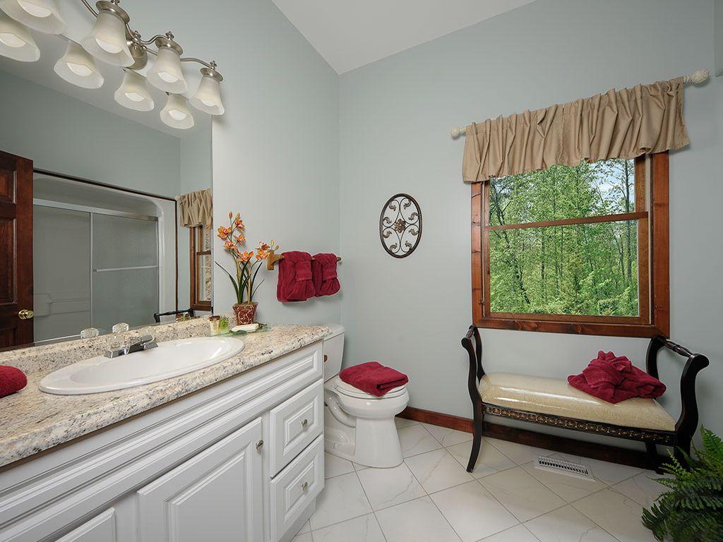 Bath. Tub/shower. Hairdryer, soap,  shampoo, conditioner,. 1st Fl