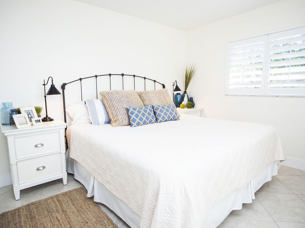 Grosses Schlafzimmer mit einem King Doppelbett und eigenem Bad.
