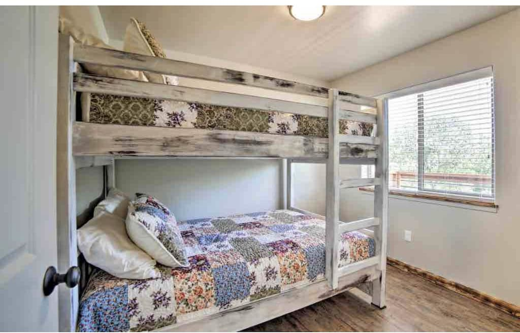 * 2 Full sized beds (bunkbeds).
