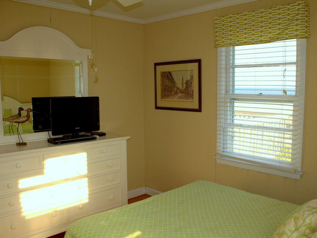 queen bedroom ocean side with tv