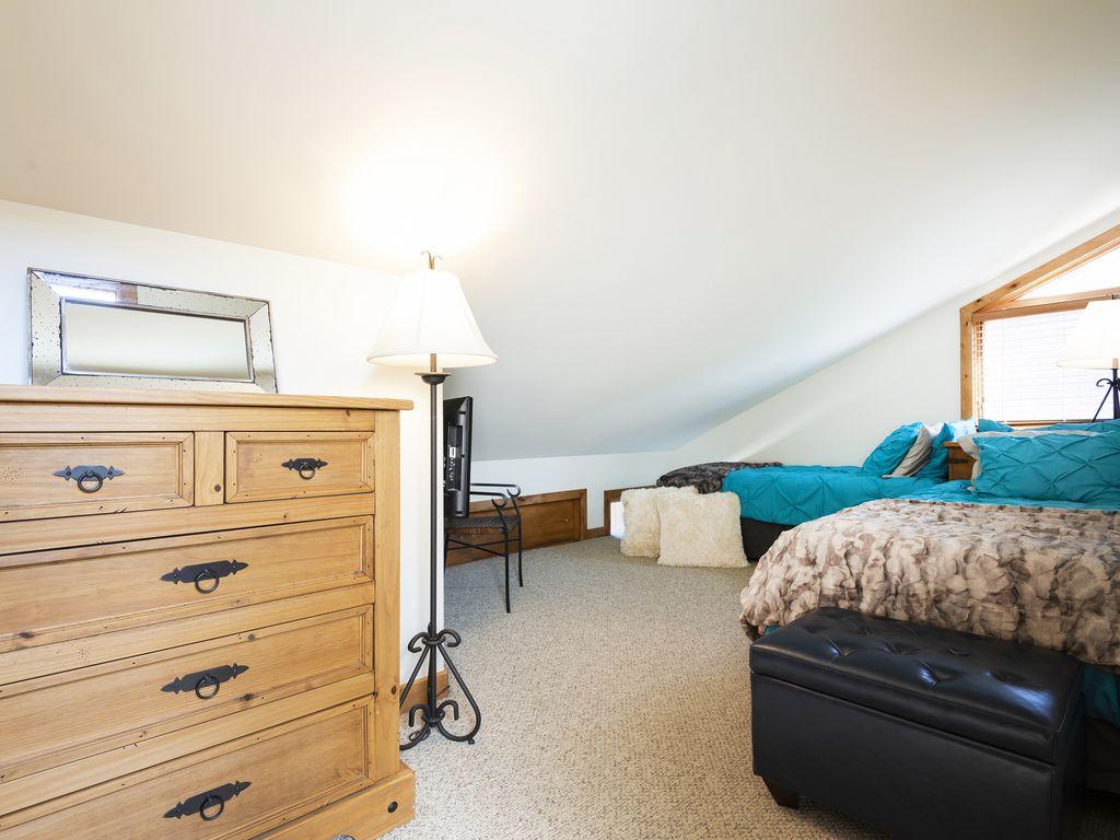 Bedroom three - two twin beds - Smart TV