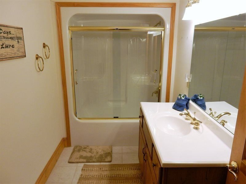 Additional bathroom with shower/tub combination
