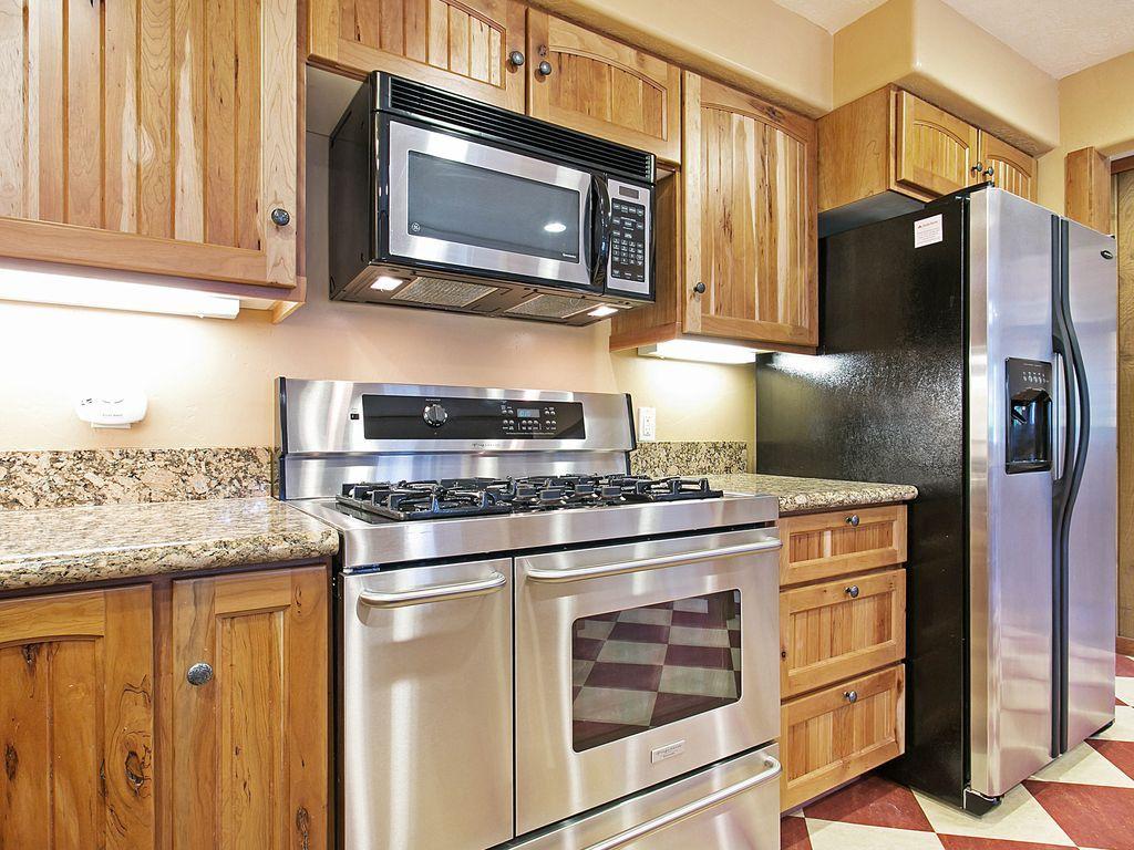 Gourmet kitchen, six burner gas stove