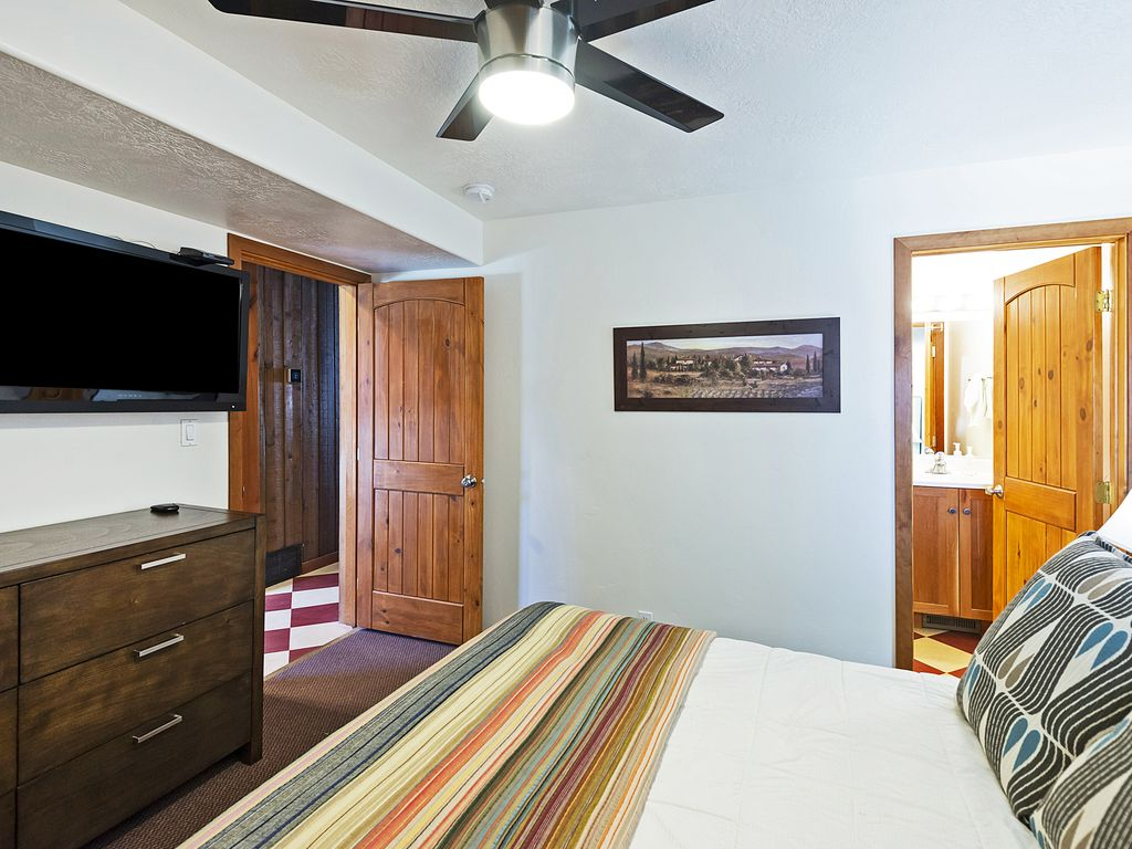 Master bedroom, ceiling fan, flat screen TV, ensuite bath