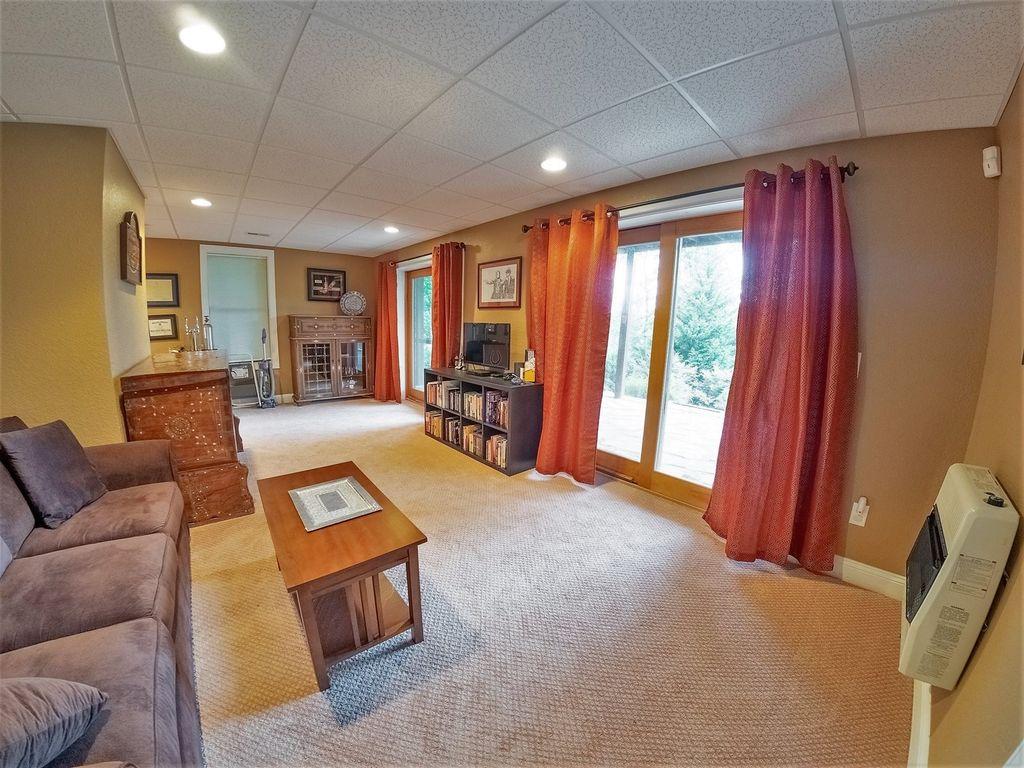 Lower livingroom