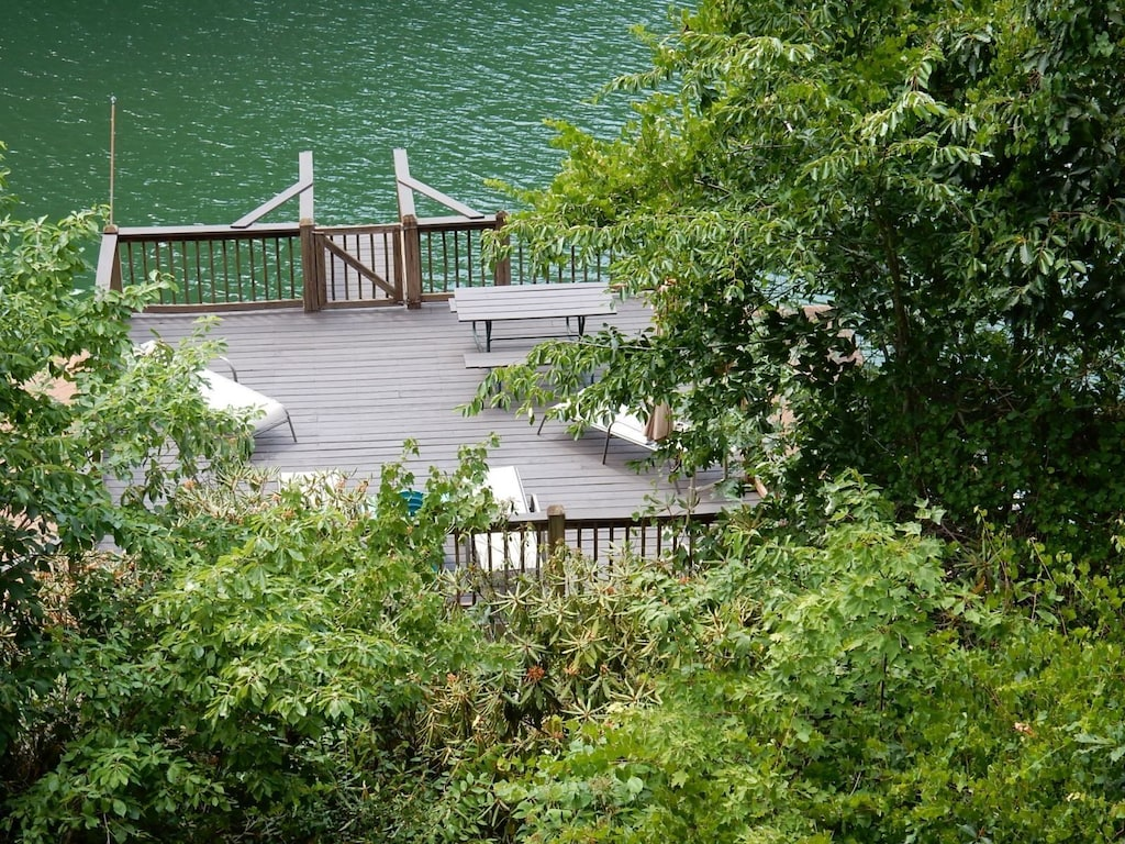 Welcome to the Stiles Lake House that features wonderful lakeside living.