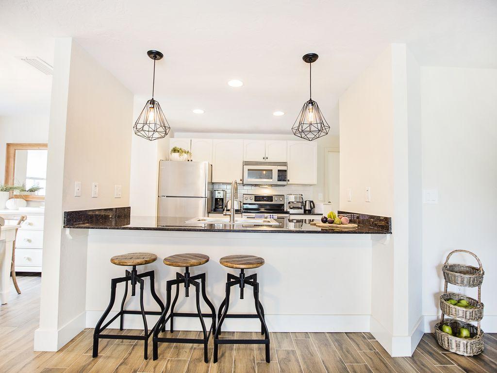 Cottage Stil Küche mit Marmor Arbeitsplatte und Edelstahlgeräten