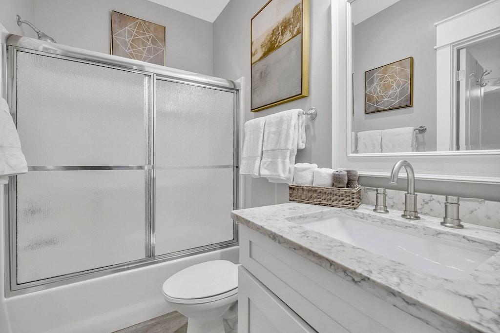 Hall bathroom with tub/shower combo