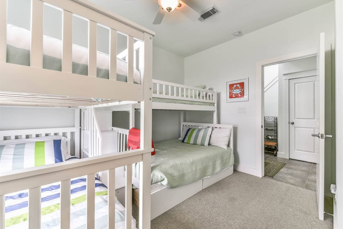Bunk Bedroom with Pyramid Bunk & Bunk Beds - sleeps up to 5