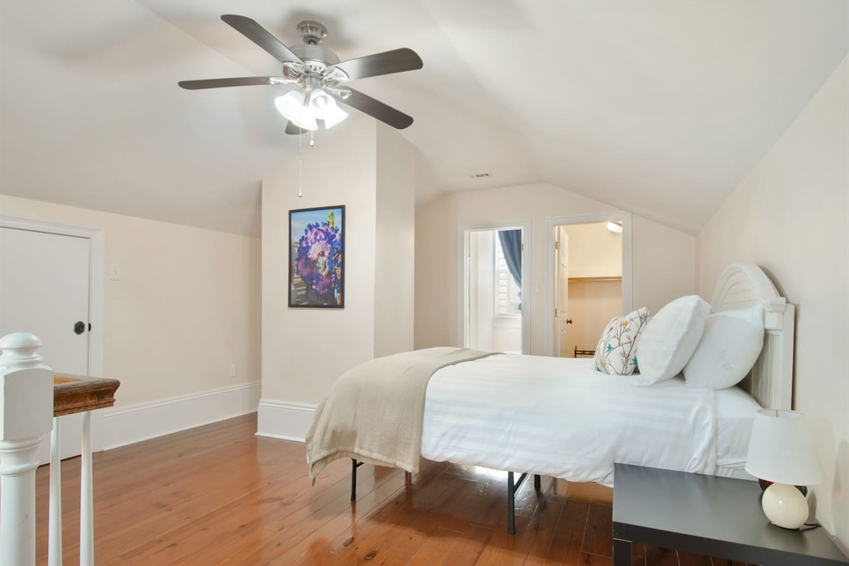 Bedroom 1. Queen bed. En-suite bathroom. Walk in closet, luggage rack.
