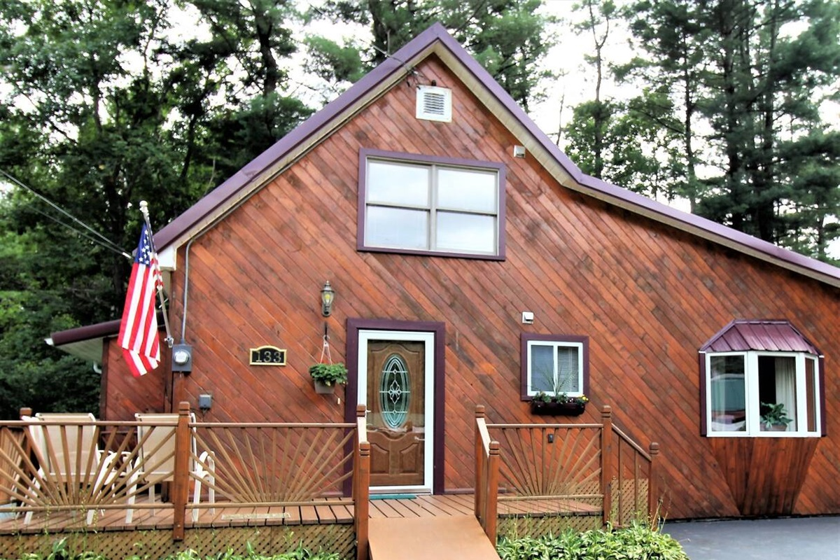 Cliffside Cabin is a great location on a lovely cove of Goodyear Lake.  Easy 10-15 minute drive to Oneonta, Cooperstown, Dreams Park or All-Star Village.