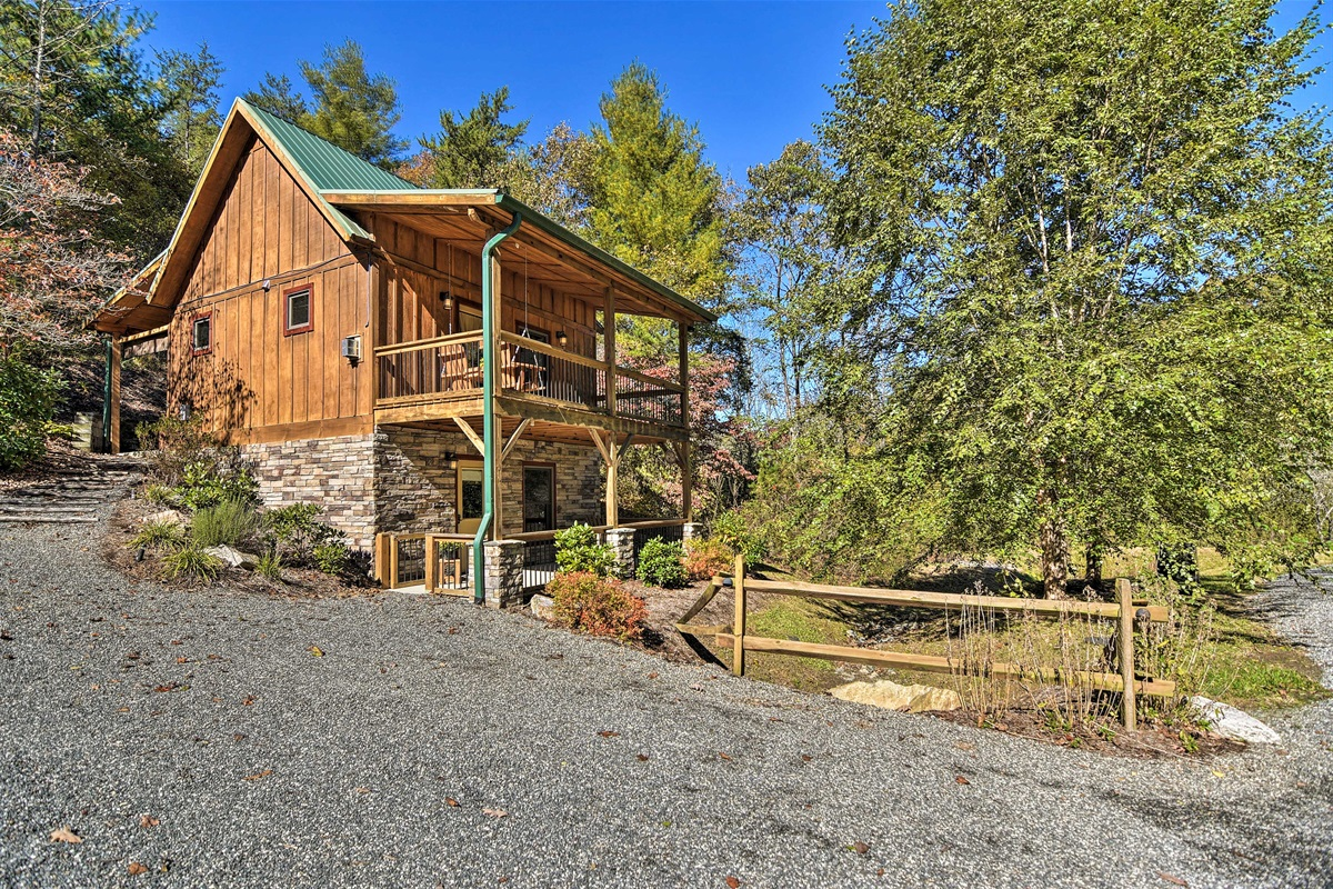 Cabin charm and modern amenities come together inside Elk Path.