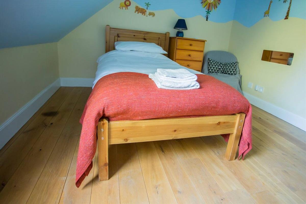Upstairs single bedroom.