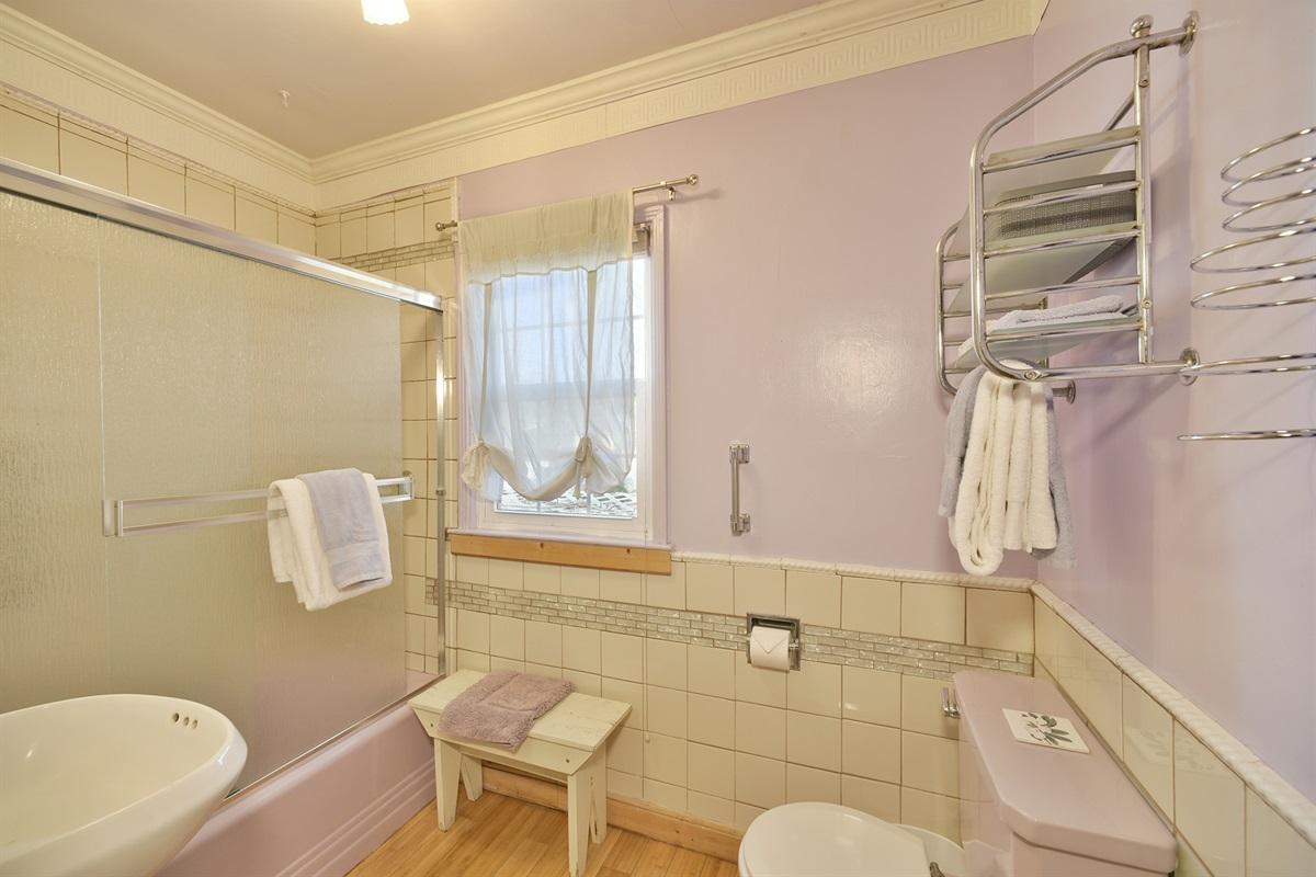 Bathroom w/tub