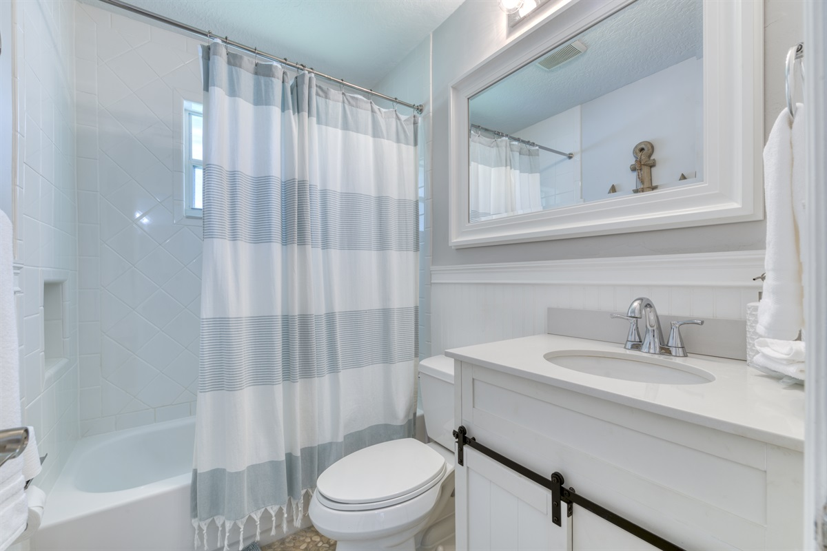 Guest bathroom with combo shower & Tub