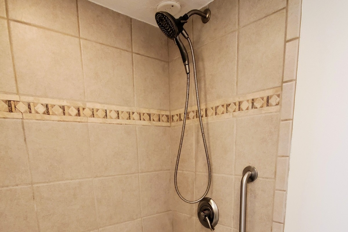 Tiled Master Bathroom Whirlpool Jacuzzi & Massaging Shower Head