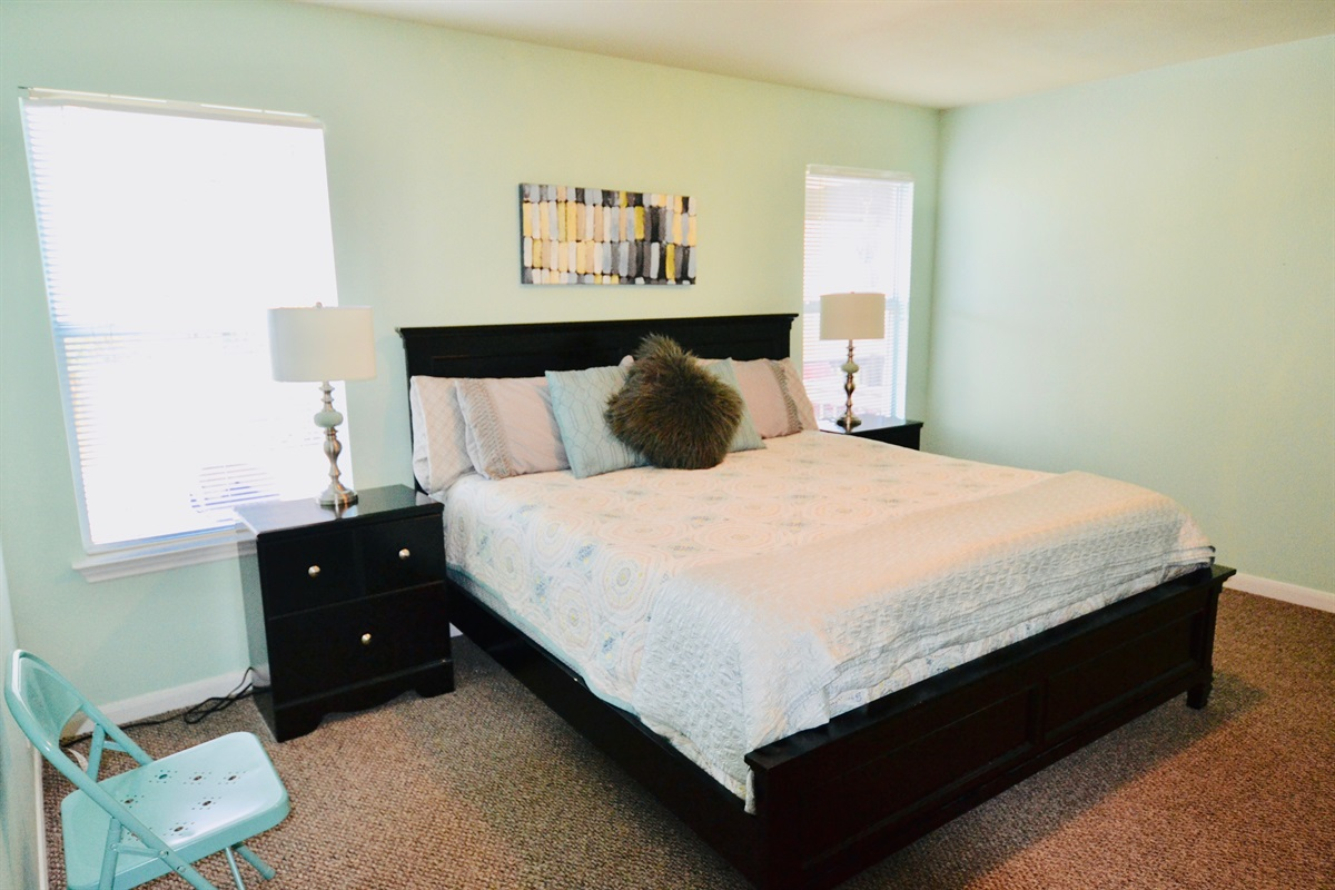 Master suite w/ king bed (main level)