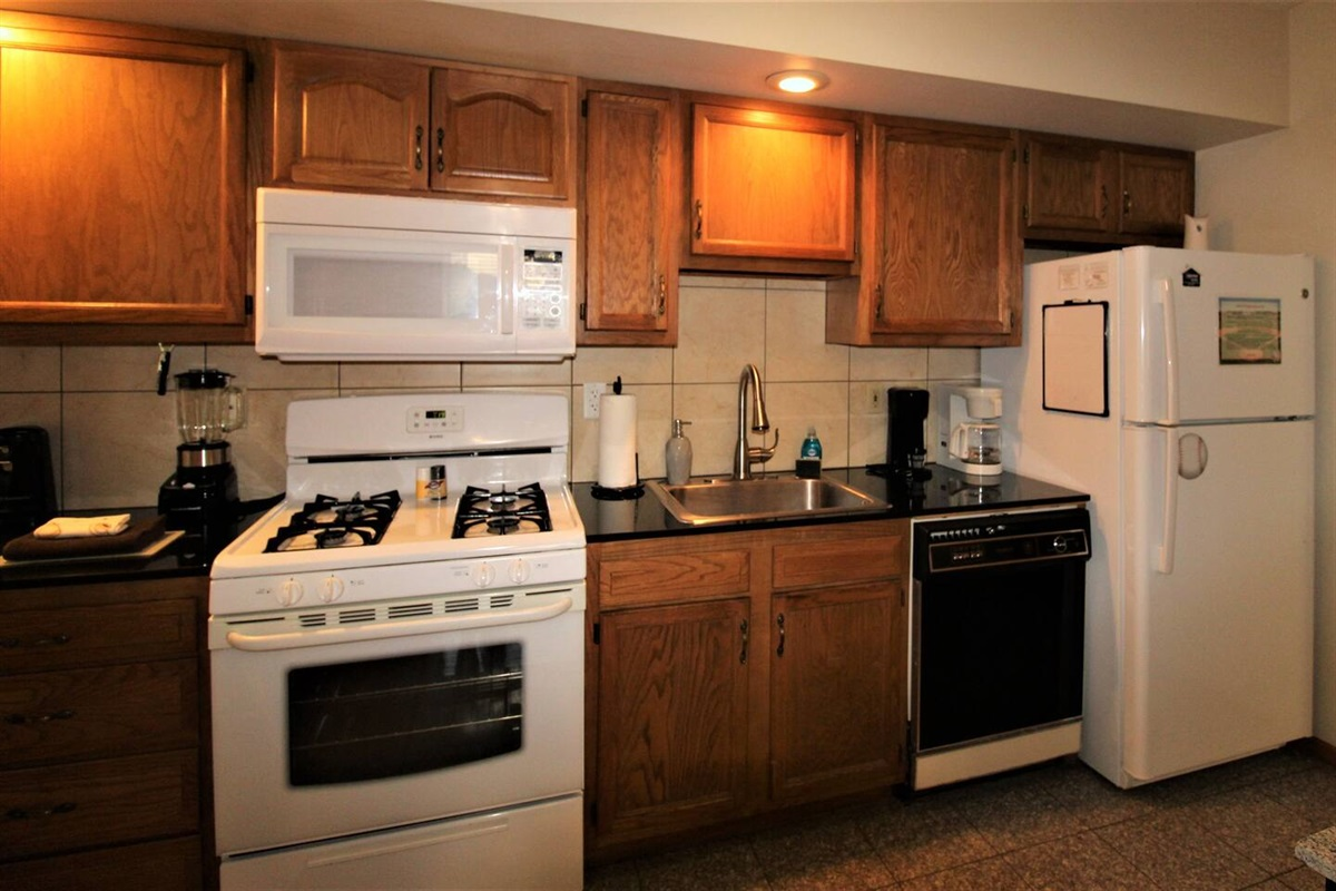 Fully equipped kitchen with granite floors and countertops