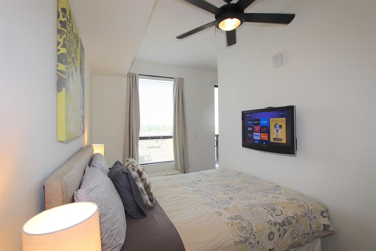 Queen bed with flatscreen TV-ROKU