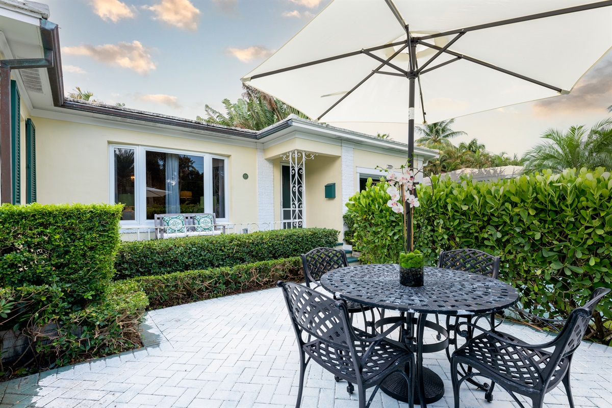 A rare gem just 3 houses from the intercoastal. 2 Beds, 2 Baths with a Queen sleeper, the house sleeps 6! Gorgeous yard with outdoor seating & dining, BBQ Grill & screened in tropical lounge with beverage bar & TV. Best location, 5 min to Palm Beach!