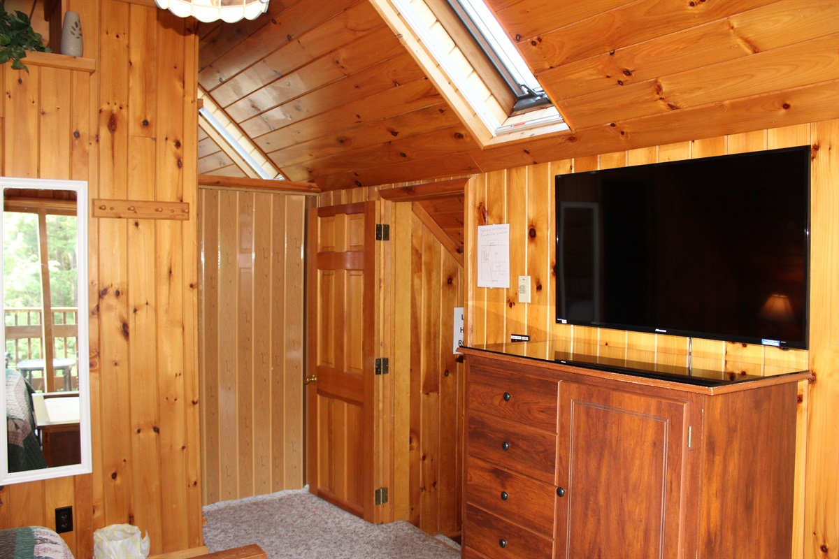 King and twin bedrooms shown with the folding door between the rooms closed