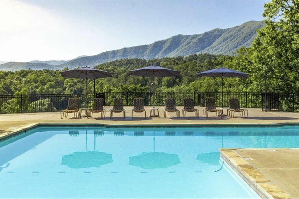 You will have full access to this swimming pool and mountain views!