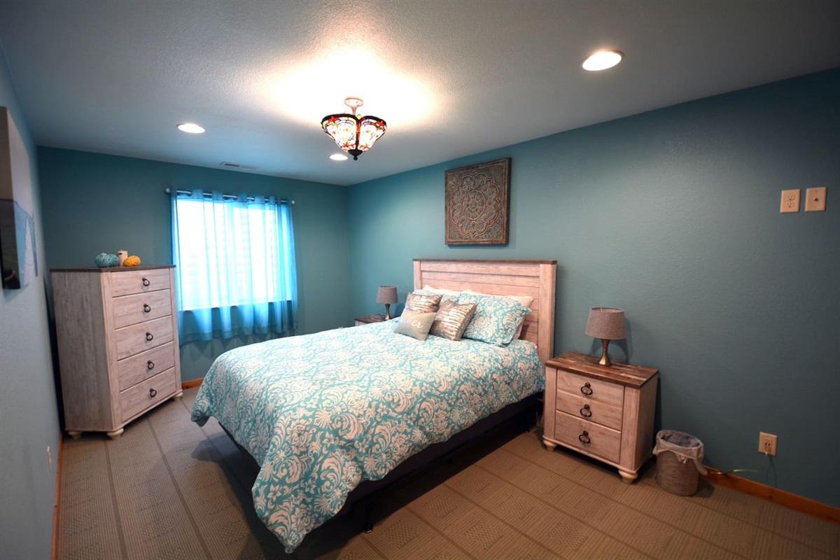 Downstairs bedroom. Queen