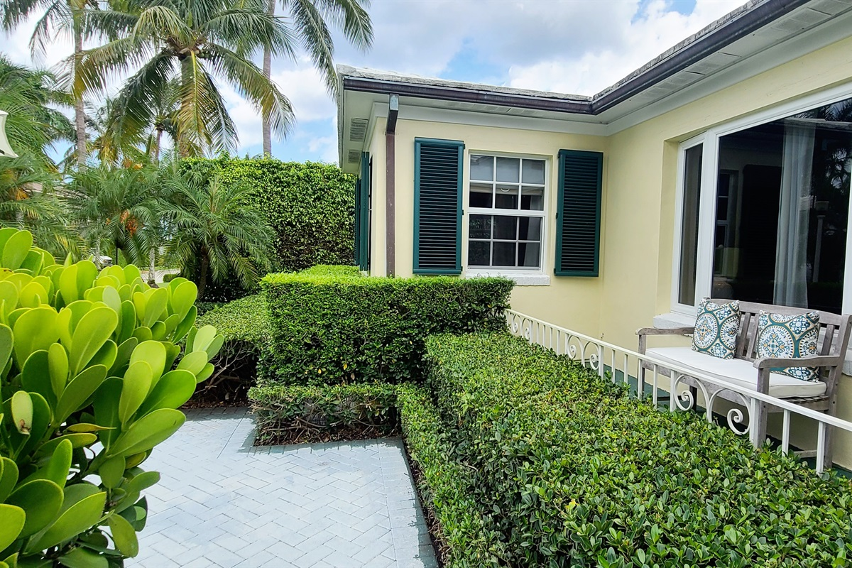 A rare gem just 3 houses from the intercoastal. 2 Beds, 2 Baths with a Queen sleeper, the house sleeps 6! Gorgeous yard with outdoor seating & dining, BBQ Grill & screened in tropical lounge w