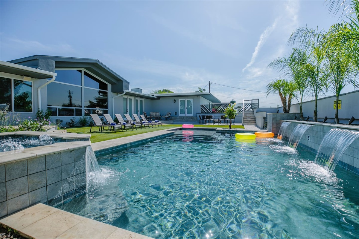 Relax in the resort like backyard!