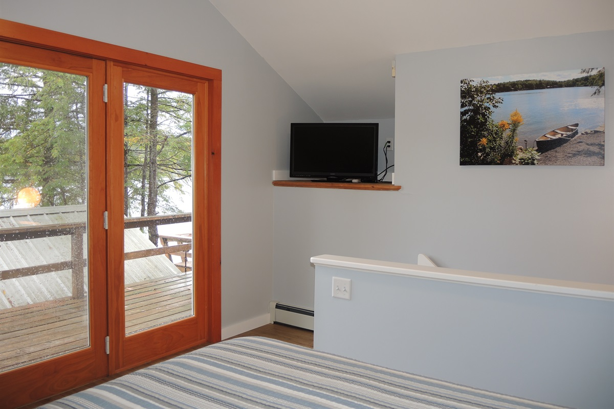 East wing - Queen bedroom - Private balcony overlooking the lake
