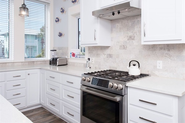 Fully equipped kitchen with Bosch gas range