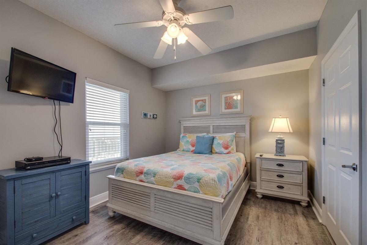 Guest bedroom w/queen bed & new furnishings
