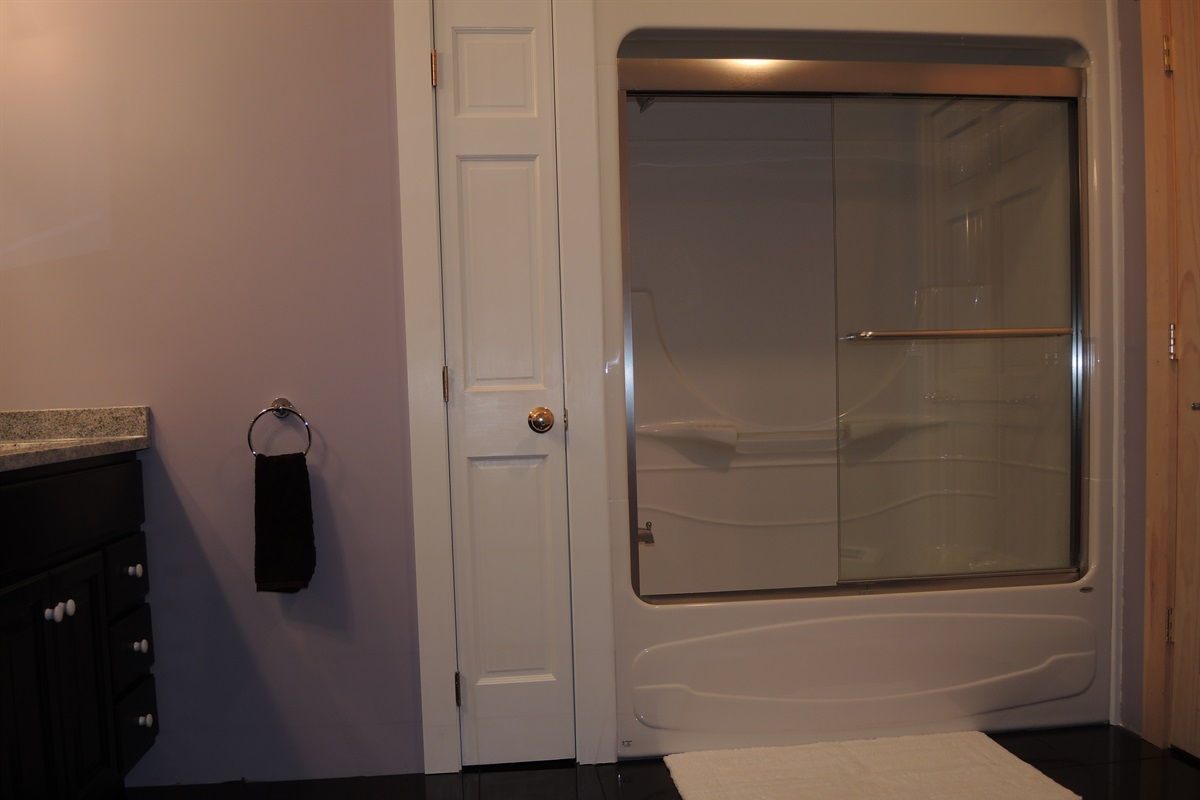 Tub/shower in 1st floor bath