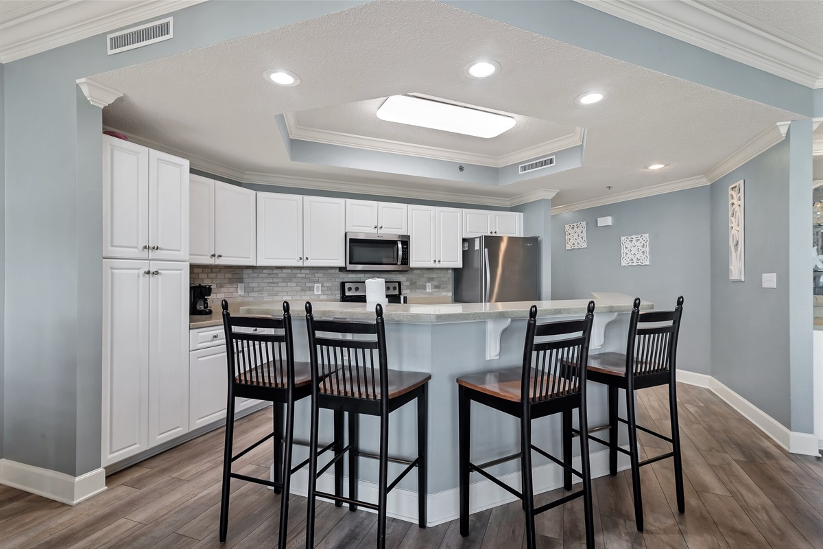 Kitchen bar with 4 bar stools